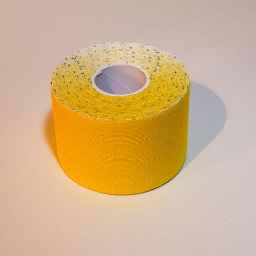 Ein gelbes Kinesio Tape