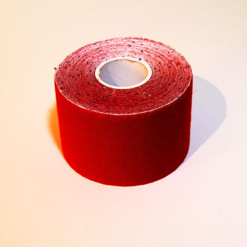 Ein rotes Kinesio Tape