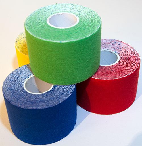 Kinesio Tapes in den Farben blau, grün, gelb und rot
